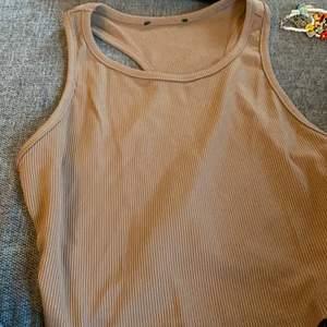 Köpte denna tröja på Plick men var tyvärr för stor, den skulle vara storlek xs men tror att den är mer åt s-m hållet! 💕