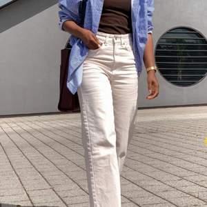 Ett par jättefina, cremevita och vida jeans från hm. Sitter lite högre upp vid ankeln (se modell bild). Använda 2 gånger. (ostrukna på andra bilden)
