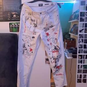 asballa vita jeans som inte kommer till användning. sitter mid-highwaist och är ganska korta på mig som är 175cm. skriv om mer detaljerade bilder på trycket önskas. frakt inräknat i priset 😁