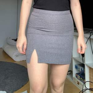 Bought the skirt in humana second hand, it has a side cut! Fits sizes 36, S and XS.