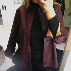 SUPERSNYGG skinnjacka (ej äkta) från Gina Tricot i fint skick! Denna jacka är snygg till allt och har varit min favorit länge! säljer den då jag har köpt en ny skinnjacka. DM för fler bilder.