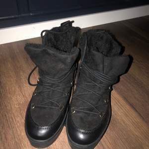 Jättesnygga vinterskor som tyvärr inte används längre. Skorna är inte använda mycket men det finns ett vitt märke på utsidan av skon som man kan se i bild tre. Köparen står för frakten men kan mötas upp i Stockholm.