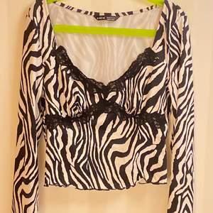 Hej! Säljer denna zebra tröja som är köpt på SHEIN storlek xs. Jätte fin och skön sitter bra ingen skada. Aldrig använd bara prövad. Säljs på grund av att jag råkade köpa två. Köptes för cirka 60-70kr säljs för 30kr köparn står för frakt.❤️