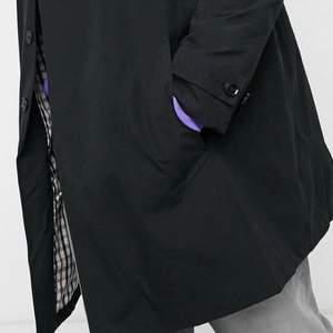 Jättefin Burton svart kappa köpt på ASOS för 802kr och säljer nu för 549kr inkl frakt🥰🥰 Säljer pga att den aldrig används och är väldigt stor på mig. Kappan är i 5XL och i väldigt fint skick🤩🤩