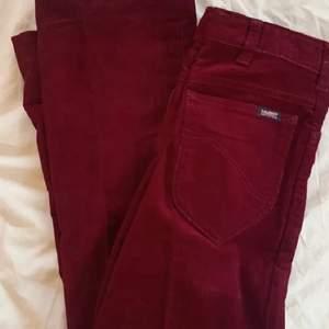 Röda Manchester byxor som tyvärr e för små för mig. Skulle säga att d passar xxs-xs. 🧚🏼♀️🧚🏾♀️