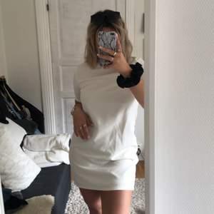 Krämvit fodralklänning från Nelly-trend (gammal modell) stl 38. Använd vid enbart ett tillfälle 2017. Säljes nu så denna fina klänning kommer till användning. (Lite tajt i armarna). OBS‼️ Köparen står för frakten, som ej är inkluderat i priset😊