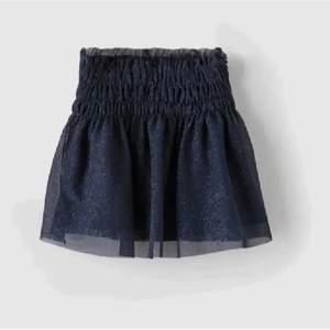 Lägger ut igen pågrund av oseriösa köpare, säljer denna superfina glittriga kjolen från zara, super stretchigt material. Buda i kommentarerna eller köp direkt för 450! Passar någon som har XS/S skulle jag säga! Möts i sthlm eller står köpare för frakten!