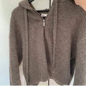 (LÅNADE BILDER) säljer denna stickade zip up från zara. Defektfri! Hör av er vid frågor eller intresse☺️