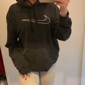 Säljer denna svarta Nike hoodie som jag köpt secondhand för ca 2 år sedan💘💘 Den har lite slitningar längst ut vid armmudden men inget man tänker på!