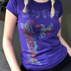 As cool lila tröja med rhinestones, vet ej om det är en äkta ed hardy därför det nedsatta priset🥰