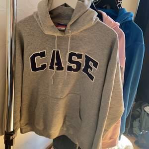 Champion hoodie som jag köpte väldigt dyrt för ett tag sedan nästan aldrig använd då det inte är min stil! Står storlek XL men skulle säga att den är L!❤️