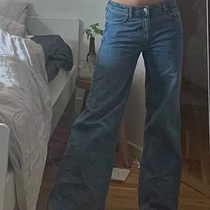 lowrise jeans från weekday! sitter så skönt och snyggt, köpt i stolek 29(brukar ha 27ish) så dom ska sitta lite lågt och baggy