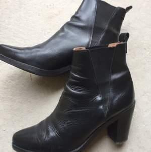 Boots från &otherstories! Säljer pga för små för mig, mycket sparsamt använda