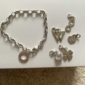 Thomas Sabo silver armband med berlocker! Armbandet 500kr och varje berlock 50kr/styck (ord. 249kr- uppåt)! Knappt använd så i mycket bra skick samt orginalförpackning, självklart äkta!