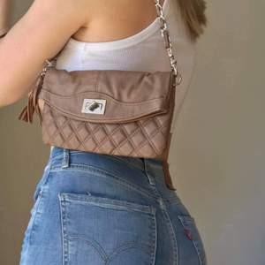 Mycket fin handväska och är i gott skick!