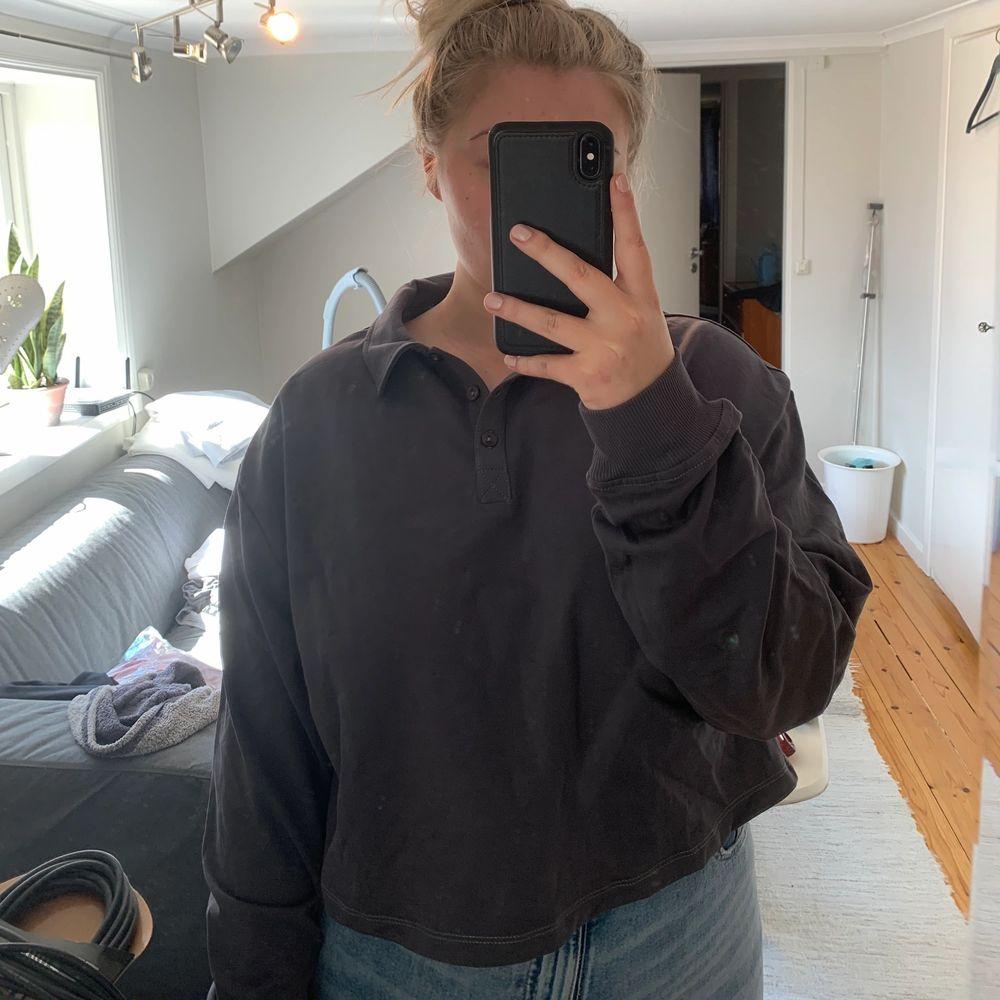 Helt ny tröja från Nelly med tags kvar. FRI FRAKT!! Storlek XL, men passar L bättre.. Tröjor & Koftor.