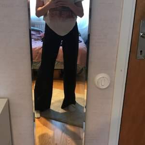 Snyggaste stradivarius Jensen i stl 32. Jeansen är långa för att vara stl 32. 100kr+ frakt!💗 hör av er vid frågor osv.💗💗(min spegel är smutsig, Jensen är fläckfria utan defekter)