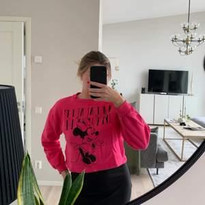 Croppad tröja från zara som aldrig har blivit använd av mig då jag inte tyckte jag passade i färgen! Jag skulle säga att bilderna gör den inte så rättvis och att den är en rosa emellan så varken jätte skrikig eller så ljus!