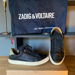 Säljer mina Zadig & Voltaire sneakers i storlek 39! Lite slitna (se bilderna) och box och dustbag medföljer! Buda från 400kr!❤️ högsta bud: 650kr