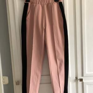 """Rosa """"kostymbyxor"""" från Zara. Superskönt och fina till sommaren. Köpare står för frakt"""