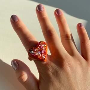 Hjärt-ring i orange/röda nyanser med massa små diamanter och pärlor🧡🤩✨