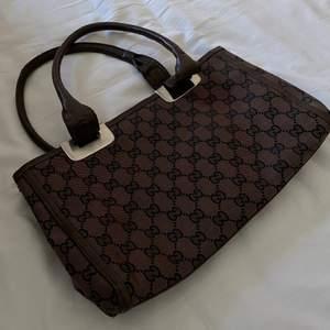 Fake gucci-väska, i brun färg! Supersnygg och passar fint nu till sommarens outfits! Helt ny! Så väldigt fint skick! Buden är BINDANDE