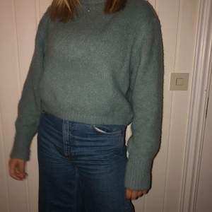 Säljer nu en jättefin och skön ljusgrön stickad tröja. Tröjan är knappt använd då jag köpte den för en vecka sen. Tröjan är tyvärr för liten för mig och detta är även anledningen till varför jag säljer den. ( kortet är på min kompis med tröjan på sig.  ) tveka inte att höra av dig om du har funderingar eller vill se fler bilder❤️