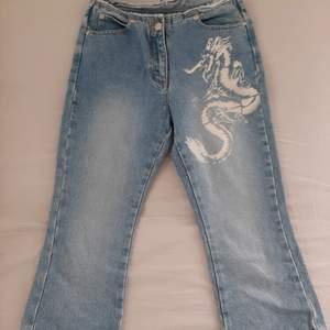 Midjan är ca35 cm brett, höfterna är ca 45 cm brett och själva längden är 70 cm långt. Tyget är inte stretchigt. Fina jeans men är för små på mig (158 cm, 52kg)