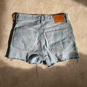 Snygga jeansshort från levis som passar perfekt nu till sommaren. De har någon missfärgning på insidan som jag inte rikitgt kan säga vad det är men tror det kommer från en bikini.