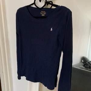 Marinblå Ralph lauren tröja i strl S. Sparsamt använd. Frakt tillkommer!