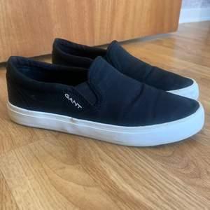 Ett par svarta skor från Gant i storlek 38. Endast använda en gång på grund av att dom var lite för små för mig. Köpa för 850kr säljs för 400kr + (spårbar) frakt.