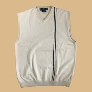 Vintage Nike väst i beige/creme färg. Tröjan har två streck på framsidan och en svart mini swoosh på baksidan. Tröjan är i toppskick och har inga skador🤎