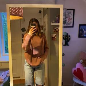 Säljer denna mysiga, snygga och lite oversizeade stickade tröjan som är i färgen rosa/lila. Den är jättemysig att ha hemma men också en snygg tröja till en ball outfit. STICKS INTE. Jag är 165 och den ser ut så på mig. En enkel tröja som kan bli ett plagg i en cool outfit. Säljer pga att den inte kommer till någon användning. 150kr + frakt som jag tror ligger på 66kr (pris kanske kan diskuteras)