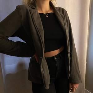 """Skitcool vintage blazer från tidigt 2000-tal. Märket är Plus Fine, modell """"Sochi blazer"""", i storlek S. Originalpris runt 1600kr, budgivning från 130kr. Fri leverans!!"""