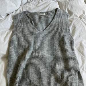 Super fin grå väst från Vero Moda, använd vid ett tillfälle. Storlek M och sitter bra på mig som vanligtvis har S.