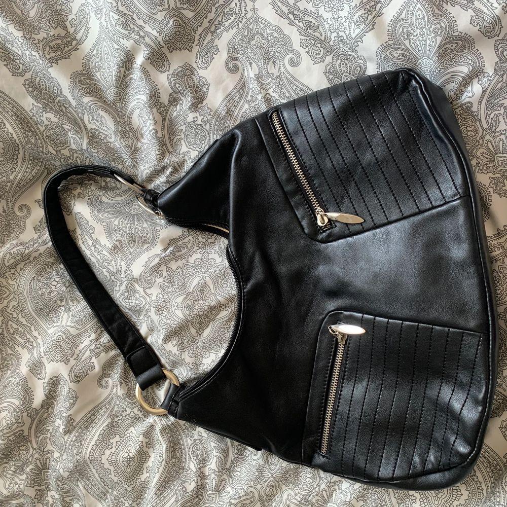 Hitta den på vinden och har ingen användnig av den så säljer den 🥰 kan mötas upp och frakta . Väskor.