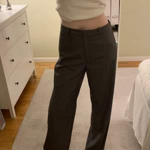 Gråa kostymbyxor från Mango i strl. 38. Endast använda 1-2 ggr. De är väldigt långa i benen för mig som är 175 cm. Fraktkostnad tillkommer.