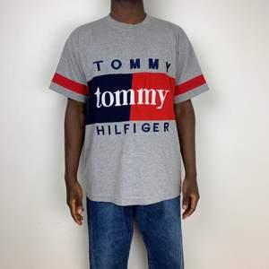 Jättefin fin vintage Tommy Hilfiger tshirt. Den är i jättegod skick men är vintage vilket syns på plagget. Den är storlek L och passar som M/L (Oversized fit). Skulle även säga att den är unisex.  Measurements: Chest:56cm Shoulder to shoulder:49cm Length: 74cm ArmLength:19cm  Modellen är 170cm   Follow @diviinethrift på Instagram