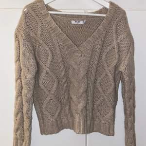Säljer min älskade stickade tröja från NA-KD. Den är inte beige den är mer åt de khakigröna håller. Det stickar inte alls när man har på sig den. Köparen står för frakten. Hör av er av flera frågor:)