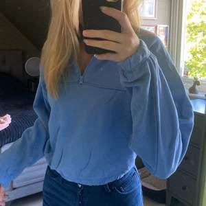 Säljer min fina blå swetshirt med en dragkedja. Jättefin blå färg och har ett super skönt material! 🥰