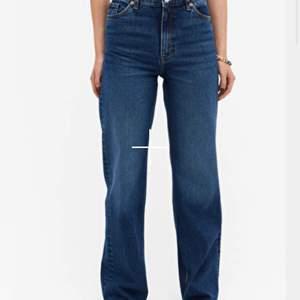 Mörkblå Jeans ifrån monki i modellen yoko🤎 använt skick och finns vissa tecken på användning tex ett litet hål vid dragkedjan som inte stör funktionen :)