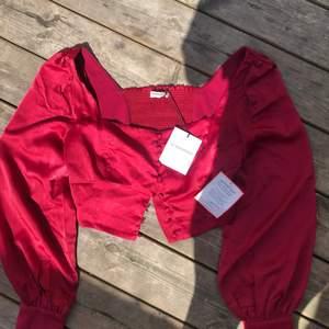 En väldigt vacker tröja ifrån glamorous som är i nyskick då den inte passade mig 💙🤍 priset jag köpte för var 329 kr