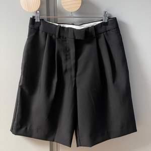 Kostymshorts som passar till mycket. Två fickor framtill och två baktill. Sparsamt använda! Stl 36