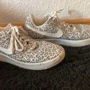 Leopard Nike AF-1 skor  Använda endast en gång storlek 37/38 Kan frakta varan men köparen står för frakten Möts inte upp på grund av covid-19 Finns på andra sidor med så passa på medans det finns :)