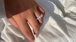 Handgjorda ringar i äkta sötvattenpärlor. Finns i vitt, blått & rosa. Frakt ingår. Finns i S-16,5mm, M-17,5 mm, L-18,5 mm & XL-19,5 mm. För fler bilder & smycken se min Instagram @sotvattensmycken ☺️