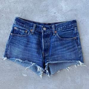 Levis 501 shorts i väldigt bra skick! Möts på söder annars står köparen för frakt på 62kr❤️ skriv privat för exakta mått✨