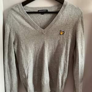 Sååå fin tröja från Lyle and Scott som går att styla med allt!!! Inköpt för 350kr och endast använd 1 gång, inte min stil längre. Så skön och i perfekt skick. Passar XS/S! Priset är exklusive frakt 🤍🤍