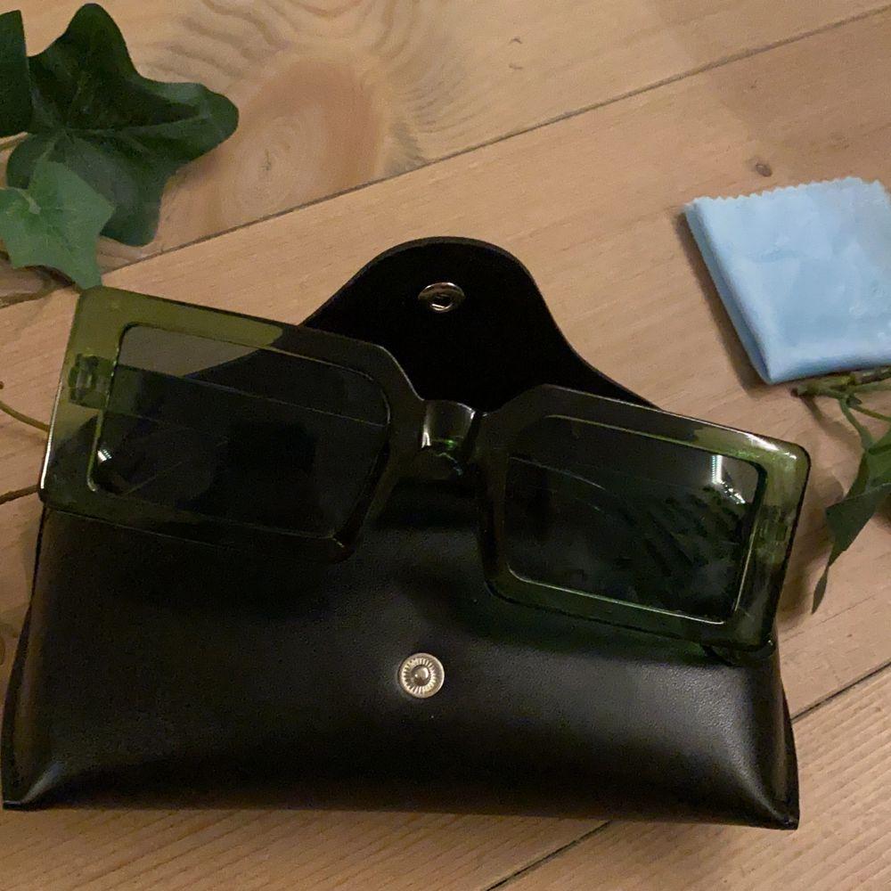 Superfina solglasögon från shein tyvär lite stora för mig men är säker på att dem passar någon annan mycket bättre:). Accessoarer.