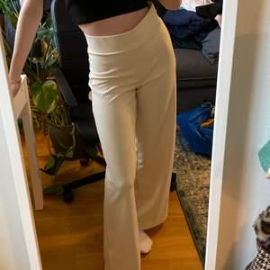 Fina vida beiga byxor från Gina Tricot i storlek S, i ett mer kostymaktigt material. Säljer då jag har ett par liknande, sitter fint på mig som normalt har 36-38 och är 170. Bara att skriva för fler bilder
