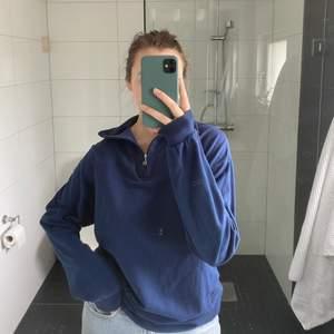 Marinblå tröja med half zipper, ursnygg och bra skick, först till kvarn som gäller❤️🥰 Tröjan är herrstorlek (jag är en S/M som jämförelse)